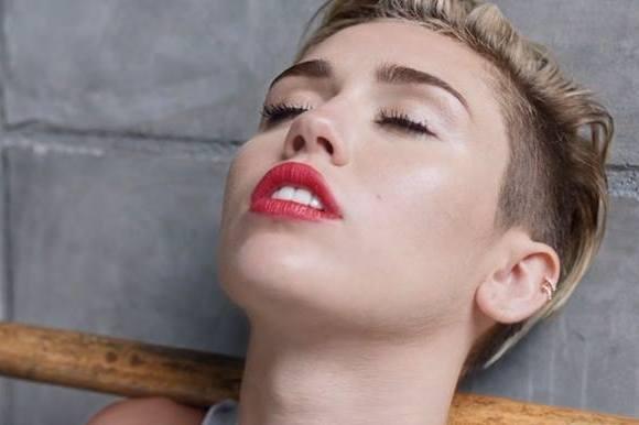 Miley vinder pris for årets video! miley cyrus, mtv