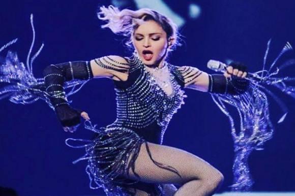 Madonna blotter kvindes bryst live! Madonna, Brisbane