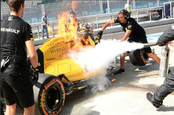 Kevin flygtede fra brændende racer! Kevin Magnussen, brænd, racer, Malaysias Grand Prix
