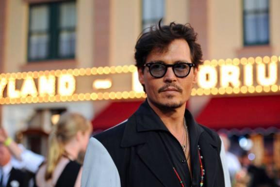 Johnny Depp chokerer i Disneyland! Johnny Depp, Alice through the looking glass, mad hatter