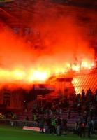 Tv-værter udsat for kasteskyts! Camilla Martin, Peter Kjær, derby, superliga, brøndby, fck, fans, hooligans, kasteskyts, parken