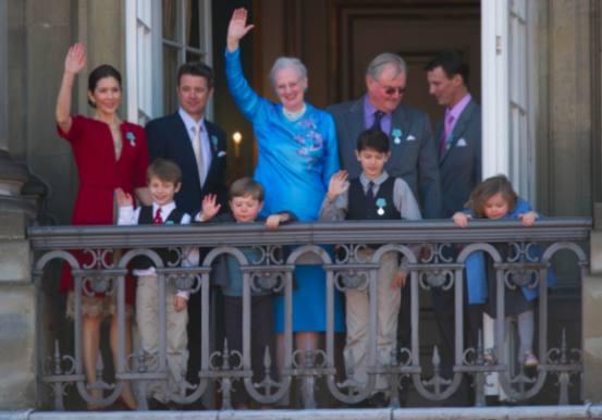 Derfor er de kun venner med de rige! kongehuset