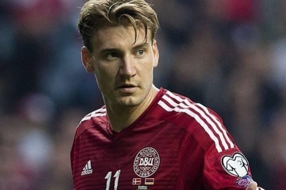 Bendtner smed tjener i havnen! Niklas Bendtner, smed, tjener, havnen