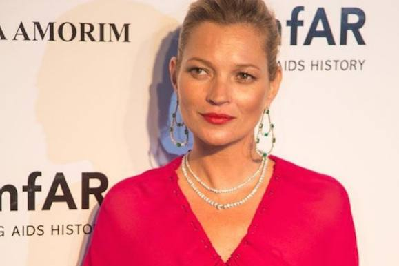 Kate Moss amok p� fly: M�dt af politi! kate moss