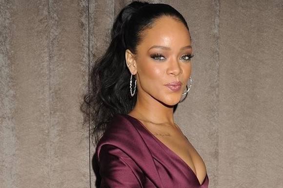 Rihanna beder fans stoppe pokémon! Rihanna, Pokemon,koncert