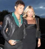 Kate Moss amok på fly: Mødt af politi! kate moss
