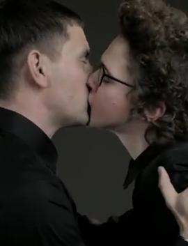 Kvamm kysser populær sangerinde! simon kvamm, marie key, nephew,