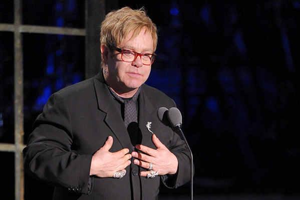 Elton Johns briller bor på hotel! elton john,