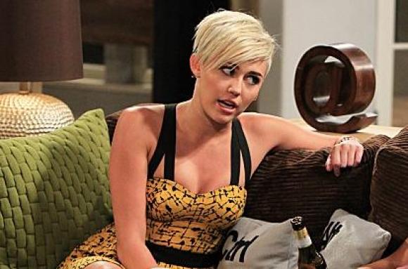 Miley Cyrus smider tøjet! miley cyrus,