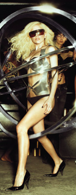 Lady Gaga angrebet med æg ! lady gaga, gossip, tvguide.dk, homo, angrebet,