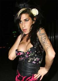 Amy Winehouse viser sine nye bryster frem ! amy winehouse,