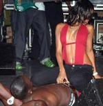 Akon kaster dreng ud over scenen Akon