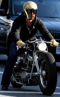 Her crasher Brad Pitt sin motorcykel ! brad pitt,
