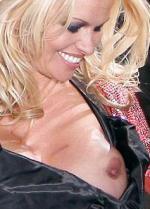 Pamela Anderson blottede bryster til modeshow Pamela anderson,Vivienne Westwood
