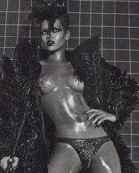 Rihanna topløs i Vogue ! rihanna, chris brown, Vogue,