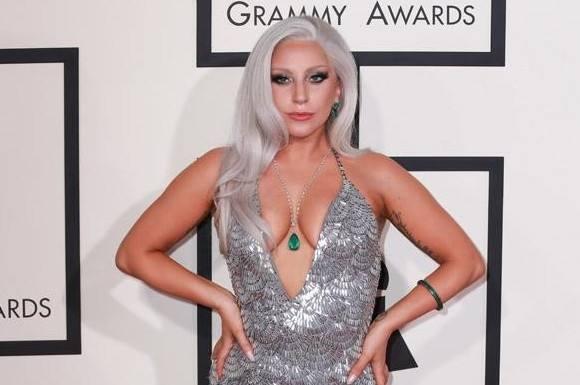 Se Gaga topløs med sin hundehvalp! lady gaga