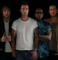 Maroon 5-sanger tacklet af vild fan! maroon 5, adam levine