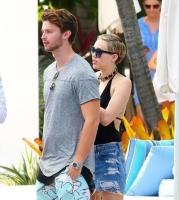 Miley Cyrus antyder hun er til piger! miley cyrus