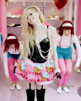 Video: Avril Lavigne i racismesag! Avril Lavigne, racisme, hello kitty, video,