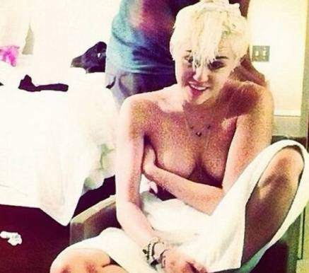 Miley Cyrus ikke død men topløs ! Miley Cyrus