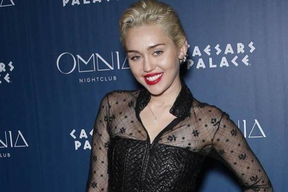 Foto: Miley fyrer op for fjolletobakken! miley cyrus
