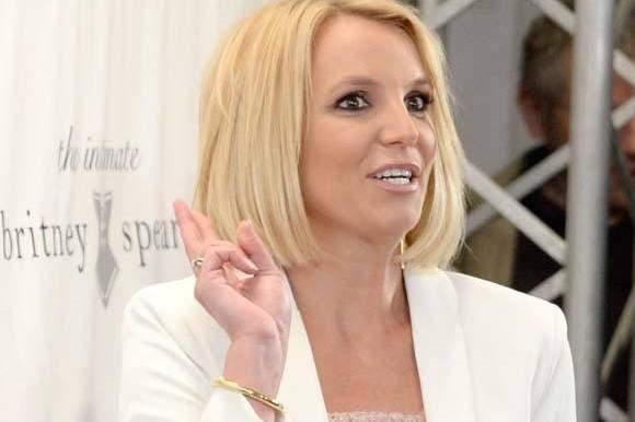 Se Britney Spears i pinligt sceneuheld! britney spears