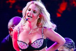 Britney giver lap dance til heldig fan ! Britney Spears, Britney, tvguide.dk, lap dance,