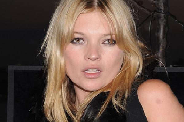 Topløs Kate Moss skaber ballade!  Kate Moss,