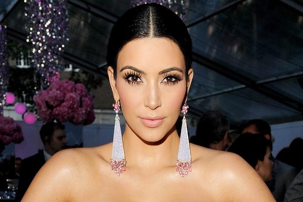 Kim Kardashian viser barmen frem! Kim Kardashian, Kardashians,