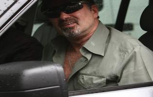 George Michael anholdt-smadrede ind i butik ! George Michael, range rover,