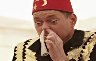 Se Frödin sluge et kondom med næsen ! stjernerne på slottet, frödin,